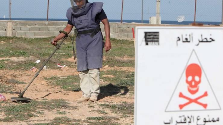 Ein libyscher Minenräum-Experte an der Arbeit. Schweizer Experten sollen die UNO-Mission bei der Vorbereitung für Minenräumungen unterstützen. (Archivbild)