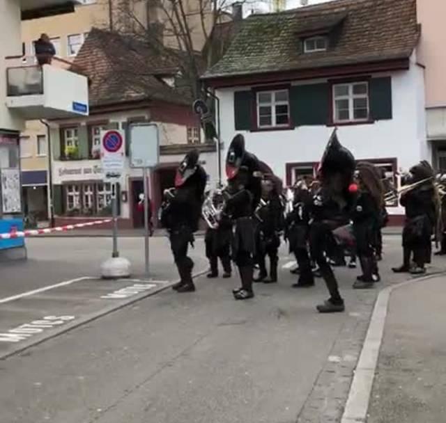 Die Gugge Uelischränzer spielt an der Basler Fasnacht für einen kranken Jungen