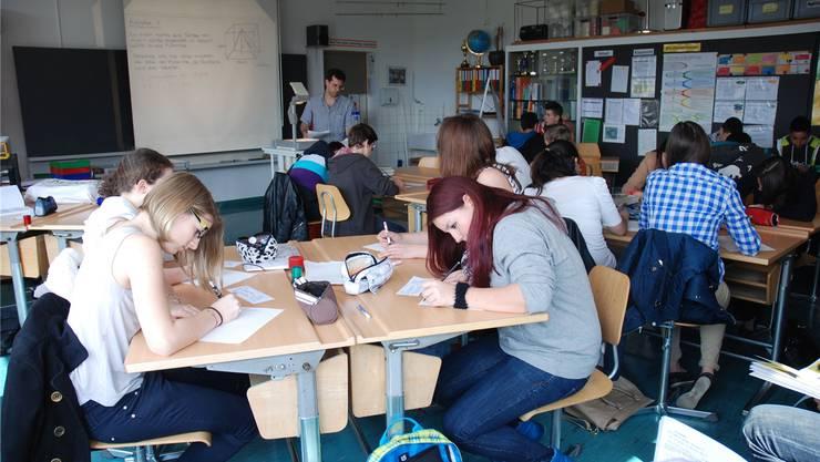 Konzentriert arbeiten die Schüler von Markus Jetzer (am Hellraumprojektor) an der Pyramiden-Aufgabe.