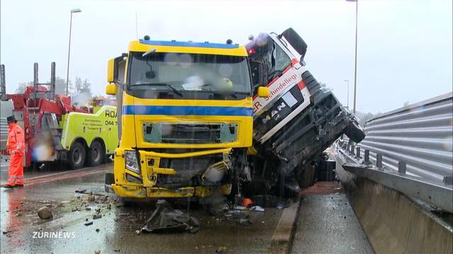 LKW-Unfall legt A3 lahm