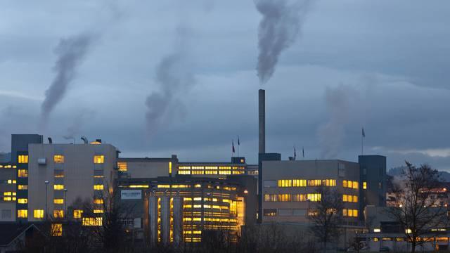 Kamine dampfen und rauchen über den Produktionsgebäuden des Milchverarbeiters Hochdorf in Hochdorf (Archiv)