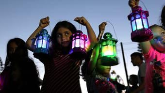 Palästinensische Kinder mit Ramadan-Laternen in Gaza Stadt