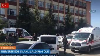 Ambulanzfahrzeuge vor der Universität
