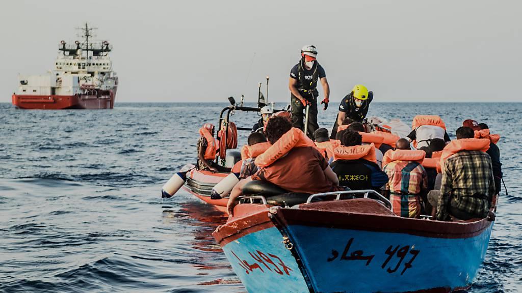 HANDOUT - Das Schiff  «Ocean Viking» (hinten) der privaten Organisation SOS Mediterranée sucht nach einem sicheren Hafen zum Anlegen. An Bord seien mehr als 570 geretteten Bootsmigranten, teilte die Organisation am Dienstag mit. Etwas mehr als 180 der in Seenot geratenen Menschen seien Minderjährige. Foto: Flavio Gasperini/SOS Mediterranee/dpa - ACHTUNG: Nur zur redaktionellen Verwendung im Zusammenhang mit der aktuellen Berichterstattung und nur mit vollständiger Nennung des vorstehenden Credits