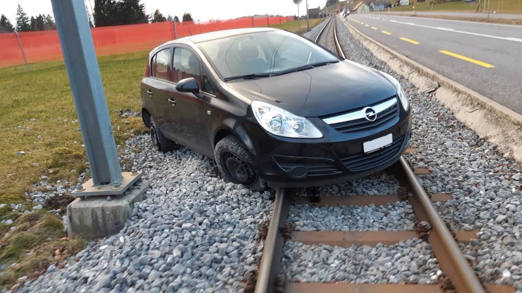 Auto auf Gleis – mit Traktor Bahnunterbruch verhindert