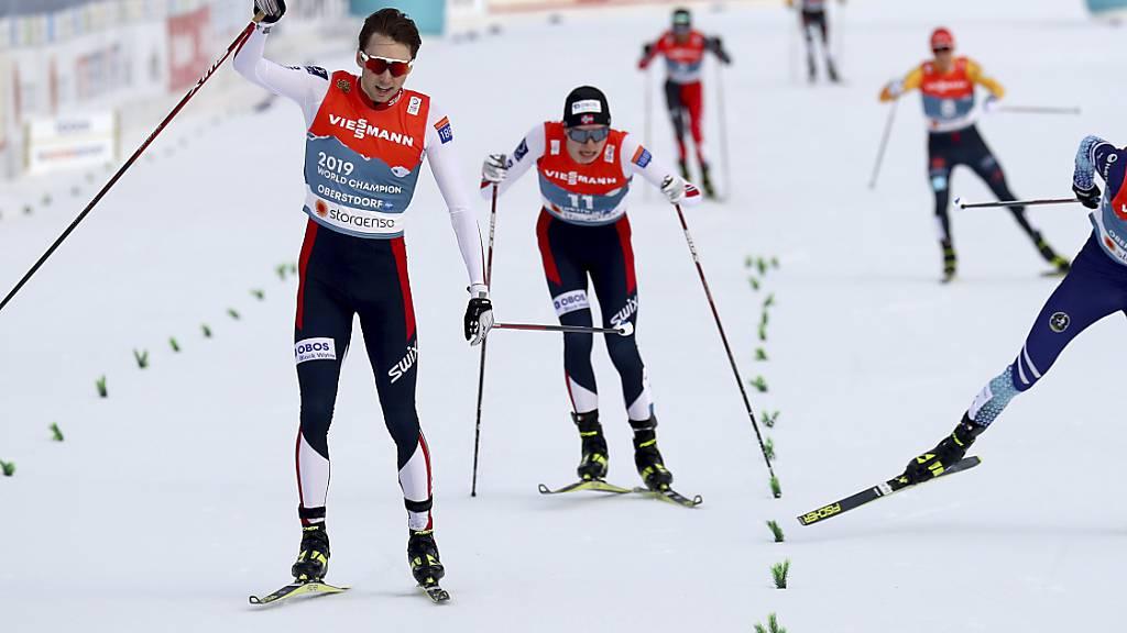 Geschafft: Jarl Magnus Riiber jubelt bereits vor der Ziellinie.