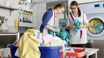 In der Ausbildungsstätte lernen die jungen Frauen unter anderem den richtigen Umgang mit der Wäsche.