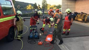 Die Feuerwehr Brugg und der Bereitschaftszug «Tiger» der Zivilschutzorganisation Brugg Region bringen gemeinsam die Hebekissen in den Einsatz.