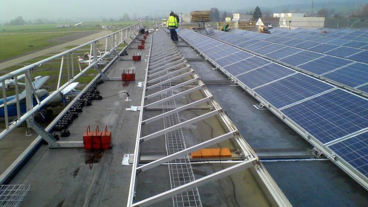 Die Solaranlage auf dem Dach eines Hangars des Grenchner Flughafens