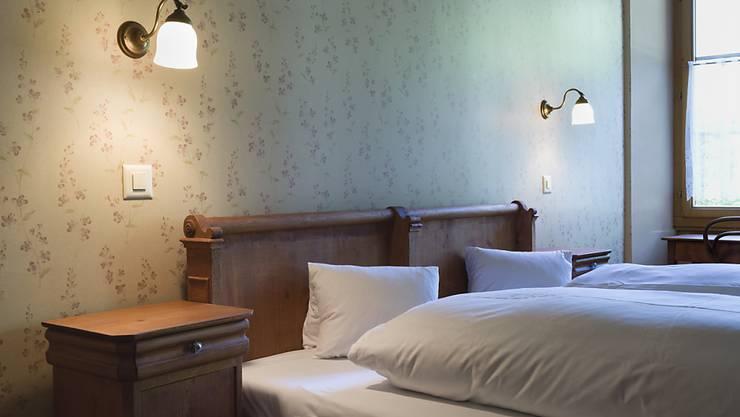 In Schweizer Hotelzimmern wurden im Juni über 5 Prozent mehr Übernachtungen gezählt als im gleichen Monat des Vorjahres. Im Bild: Zimmer des historischen Hotels Ofenhorn in Binn im Kanton Wallis. (Archivbild)