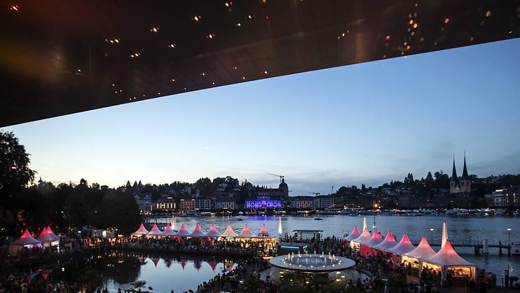 Veranstaltungen wie das Blue Balls Festival in der Stadt Luzern bezahlen eine Billettsteuer, deren Zukunft der Kanton prüfen will. (Archivbild)