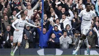 Tottenham-Fans jubeln ihrer Mannschaft zu.JPG