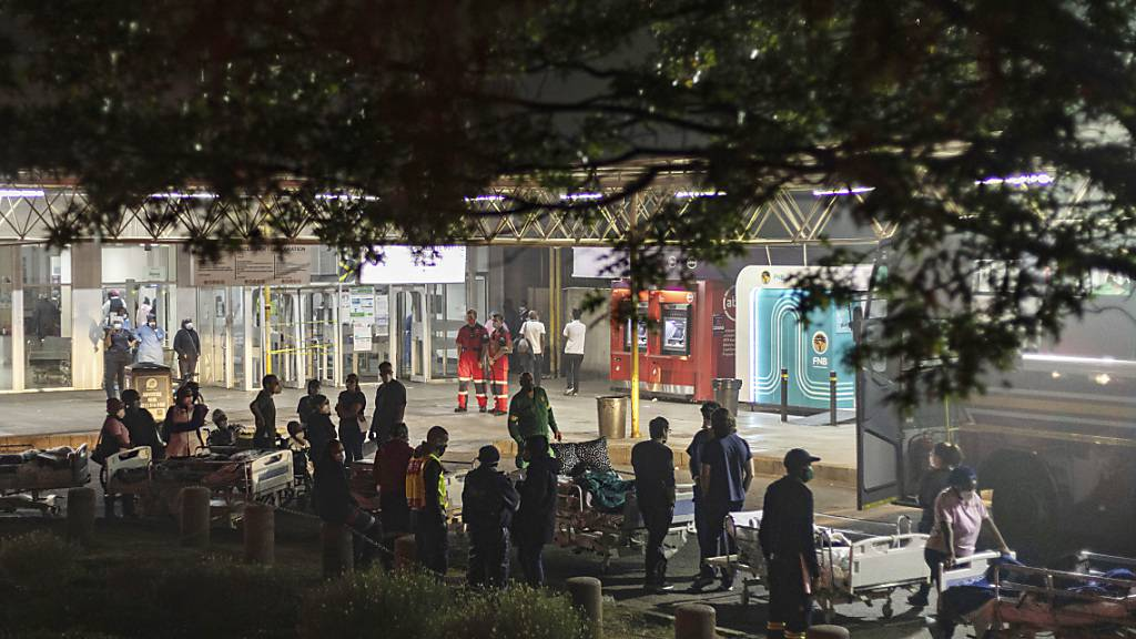 Krankenhauspersonal bereitet die Evakuierung von Patienten auf Tragen im Charlotte Maxeke Hospital vor. Foto: Ali Greeff/AP/dpa