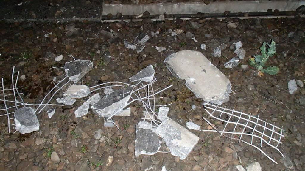 Die Betonplatten auf den SBB-Geleisen bei Hendschiken wurden beim Durchfahren des Güterzuges in Stücke gerissen.