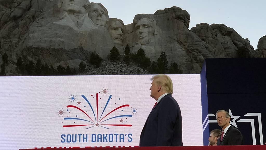 US-Präsident Donald Trump geisselt bei einem Auftritt anlässlich des US-Nationalfeiertags in Mount Rushmore die «gnadenlose Kampagne zur Auslöschung unserer Geschichte». Er zielt damit auf die Debatte über Rassismus in den USA.