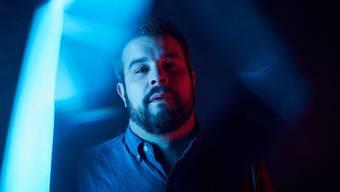 Basil Anliker, bekannt als Musiker Baze, ist 40 Jahre alt und lebt mit seiner Familie in Bern. Zuletzt von ihm erschienen ist die EP «Aus wo fägt».