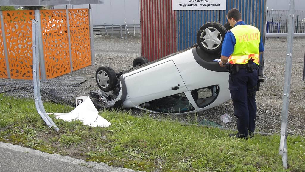 Der weisse Kleinwagen landete in Arbon beim Morgental-Kreisel auf dem Dach.