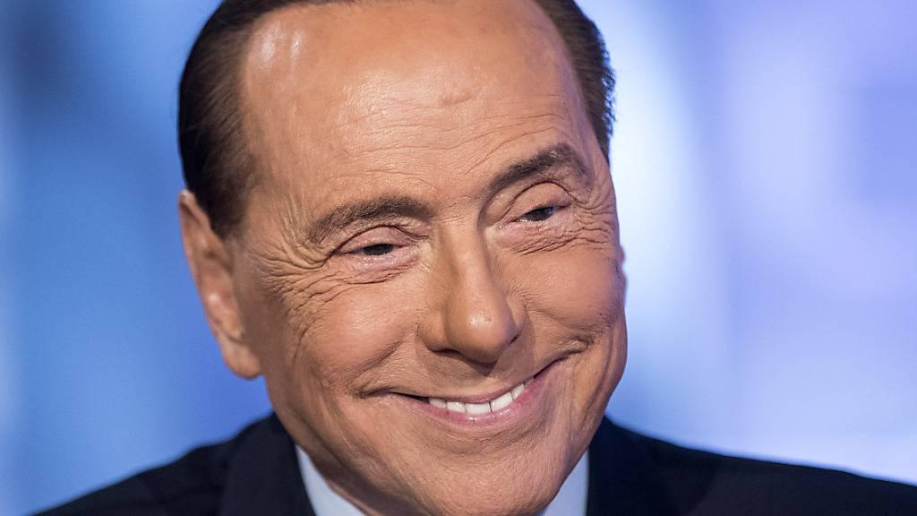 ARCHIV - Italiens früherer Ministerpräsident Silvio Berlusconi bei einem Interview im TV-Programm von «L'aria che tira». Foto: Roberto Monaldo/LaPresse via ZUMA Press/dpa