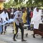 Ein Verletzter wird nach dem Anschlag in Mogadischu auf einer Bahre ins Medina Spital gebracht.