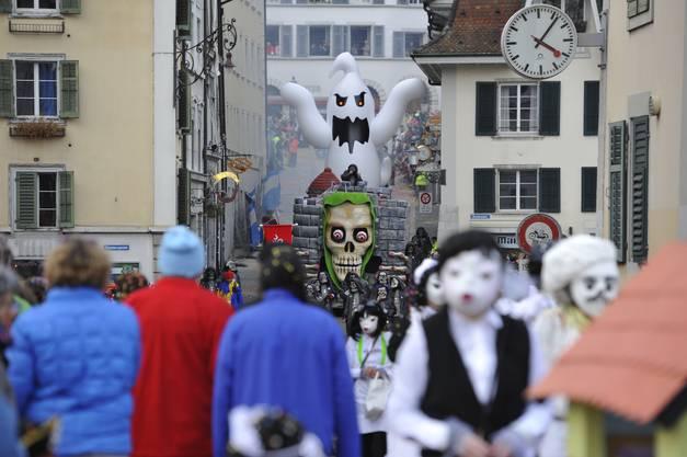 Riesengespenst der Schanzenarre am Umzug in Solothurn