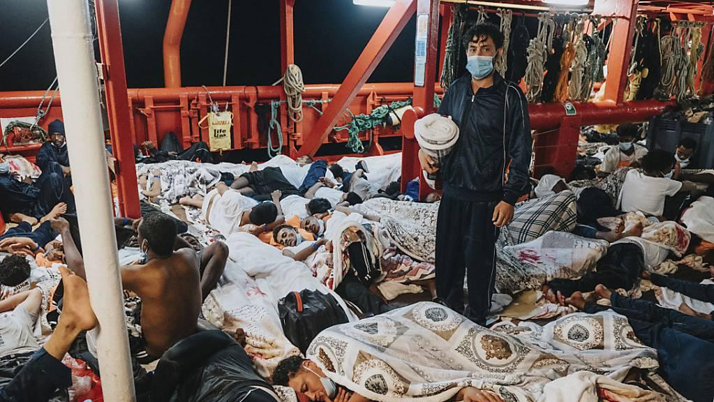 Migranten schlafen auf dem Deck des Rettungsschiffs Ocean Viking.