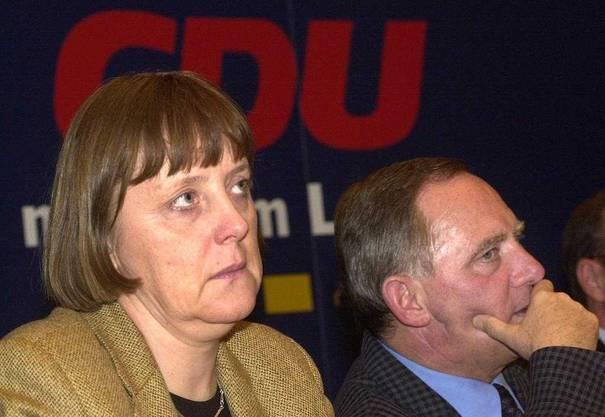 Wolfgang Schäuble gibt am 10. Januar 2000 zu, dass er 1994 eine Spende von 100'000 D-Mark in bar von dem verurteilten Waffenhändler Karlheinz Schreiber erhalten hatte. Damit hat er Merkel den Weg zum Parteivorsitz und schliesslich auch zur Kanzlerschaft frei gemacht.