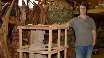 Georg Accola in seinem Lager für Stein-, Bambus- oder Holzfiguren in Mülligen:«Ich bin da einfach hineingerutscht.»