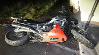 Der Töfffahrer stürzte auf der Alzbachstrasse und verletzte sich schwer