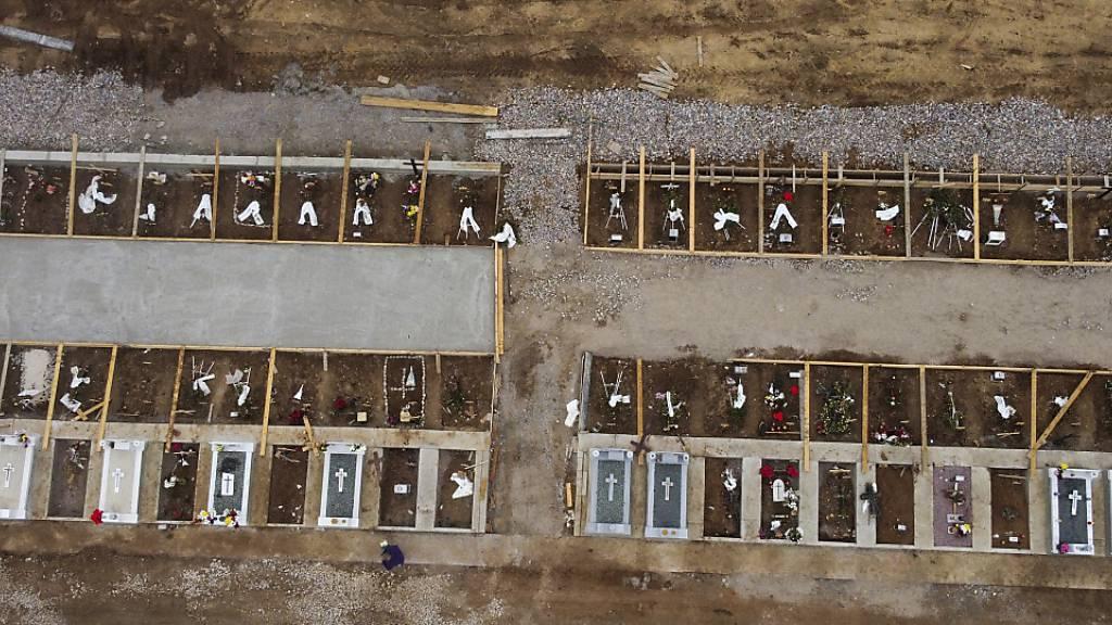 dpatopbilder - Gräber im griechischen Thessaloniki für Menschen, die an oder mit dem Coronavirus gestorben sind. Foto: Giannis Papanikos/AP/dpa