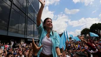 Oppositionsführerin Machado führt die Demonstration in Caracas an