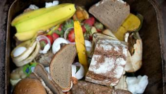 Pro Person werden in der Schweiz gemäss WWF im Schnitt täglich 320 Gramm Lebensmittel weggeworfen. (Symbolbild)
