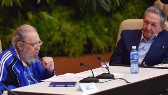 """Auch der einstige """"Máximo Líder"""" Fidel Castro (l.) sprach überraschend am Parteitag. Sein Bruder Raúl wurde wie erwartet zum Parteichef wiedergewählt - voraussichtlich zum letzten Mal."""