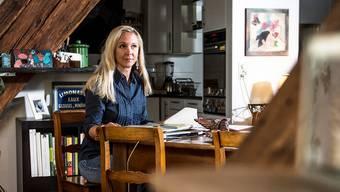 Unter den dunklen Balken fühlt sich Umweltschützerin Vera Weber wohl. Ihre Wohnung ist nicht nur ihr «Secret Garden», sie dient auch als Büro.Annika Buetschi