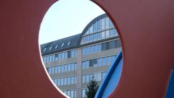 Im Zusammenhang mit dem Cyber-Mobbing-Suizid in Spreitenbach werden zwei Jugendliche aus Dietikon (16 und 15) beschuldigt. In diesem Dietiker Bürogebäude nahe des Bahnhofs arbeitet die Jugendanwaltschaft Limmattal/Albis.