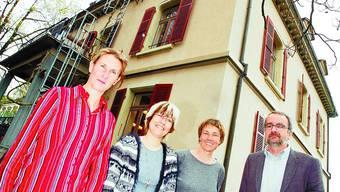 Bern, Ittigen, Langnau Rosemarie Baumgartner, Susanne Kölbli, Marianne Etter und Bruno Vanoni vor der Steiner-Schule Emmental. (Bild: sat)