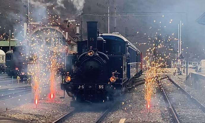 Ein kleines Feuerwerk für den ersten Ehrenlokführer der Oensingen-Balsthal-Bahn bei der Einfahrt in den Bahnhof.