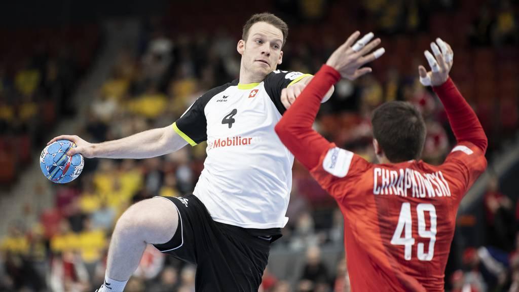 Lenny Rubin im Zweikampf mit Polens-Spieler Piotr Chrapkowski.