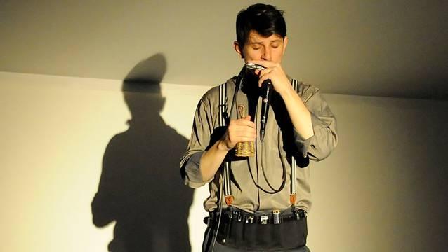 Gewinner des World Harmonica Festivals: Daniel Hildebrand bei seinem Auftritt im Laufenburger Rehmann-Museum. – Foto: