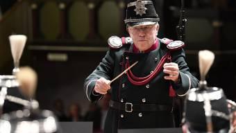 Bei der Albisgüetli-Tagung 2018 dirigiert Christoph Blocher in historischer Uniform ein Blasorchester.