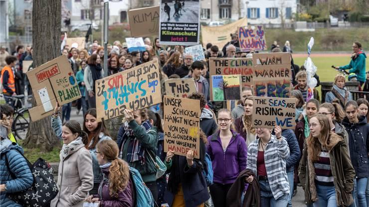 Eine bunte Truppe setzte sich für die zweite Oltner Klimademo bei der Bifangmatte in Bewegung. Diesmal waren auch mehr Erwachsene dabei.