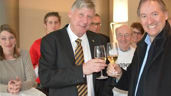 Der Erstplatzierte Adrian Leimgrübler stösst mit Gregor Biffiger an, der ihn im Wahlkampf unterstützt hat. Im Bild links: Leimgrüblers Partnerin Priska Randegger. (deg.)