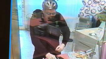 Mit vorgehaltener Waffe verlangte er von der Bankangestellten Geld.