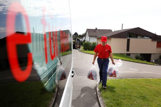 Ein Mitarbeiter von Texaid sammelt die Säcke ein