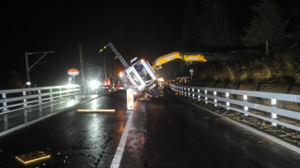 Kranlastwagen kippt in Hospental auf Strasse