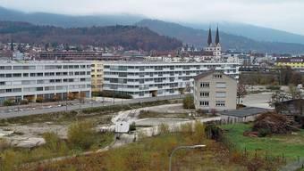 Die Liegenschaft am Cementweg 48 (vorne im Bild) wird vorübergehend Schulstandort, bis das neue Schulhaus Kleinholz steht.