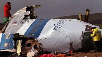 Ermittler beugen sich am 22. Dezember 1988 in Lockerbie über die Trümmer des abgestürzten Jumbos.