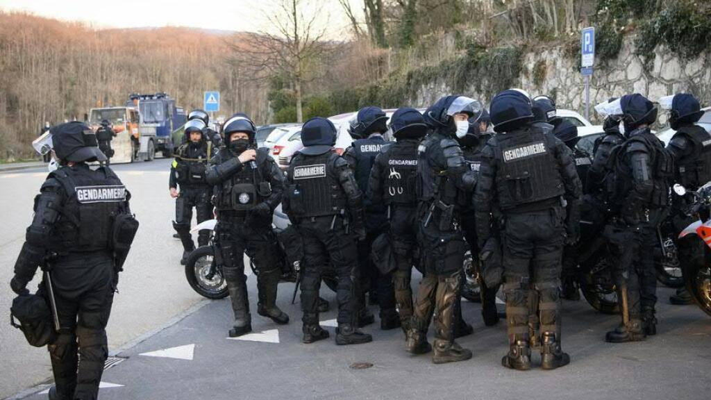 Polizisten versammeln vor der Räumung des Hügels Mormont oberhalb von La Sarraz, den Umweltaktivisten besetzt halten.