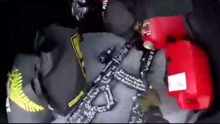 Diese Waffen lagen auf dem Beifahrersitz des Attentäters. Sie sind beschriftet mit Namen und Symbolen.