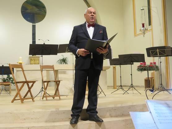 """Rolf Lämmli als Solist eröffnete das Adventskonzert mit der lateinischen Hymne """"alle Welt freut sich"""""""
