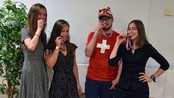 Es posieren von links: Caroline Hasler, Jana Meier, Martin Breu und Nina Kathe an der  Internationalen Biologie-Olympiade in Coventry (Vereinigtes Königreich).